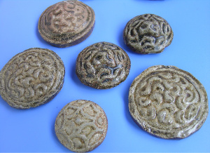"Clay ""gold pie"" money (陶质""金饼"") unearthed from Han Dynasty graves"