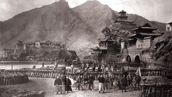 Old photograph of the Dragon                       Gate (Yu's Doorway) on the Yellow River